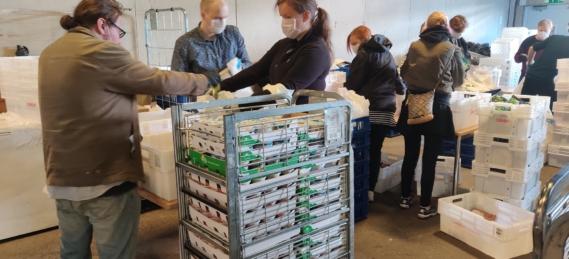 Ruokaa pakataan muovikasseihin monen ihmisen voimin