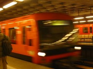 Metrojunat molempiin suuntiin asemalla