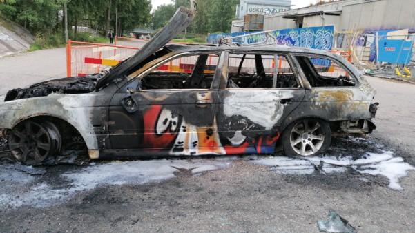 Poltettu auto Pihliksen ostarin parkkiksella.